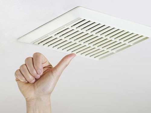 Bật quạt thông gió trong phòng tắm giúp mát phòng vào mùa hè