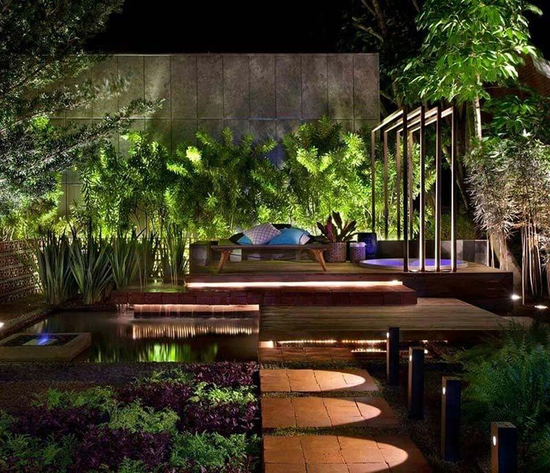 Ứng dụng ánh sáng đèn để tô điểm thêm phần lộng lẫy cho hồ nước nhà đẹpban đêm