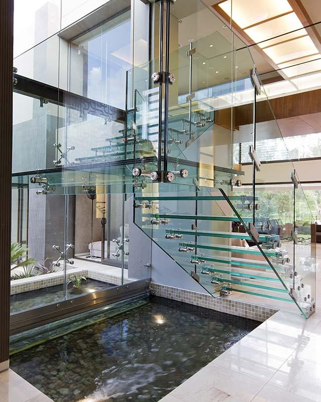 Cầu thang kính và hồ nước dưới chân cầu thang là cặp đôi hoàn hảo