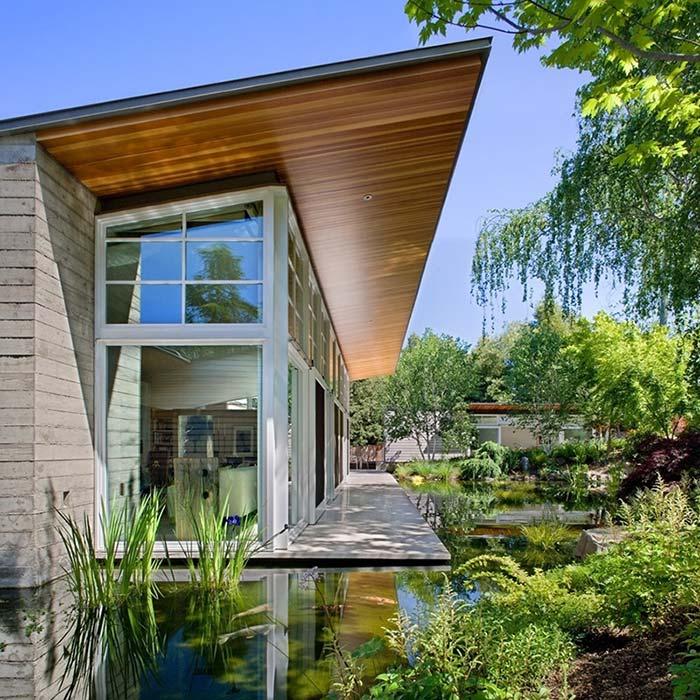 Hồ nước bên hông nhà với điểm nhấn là cây cỏ xanh tươi xung quanh tạo không gian tươi mát cho ngôi nhà bạn