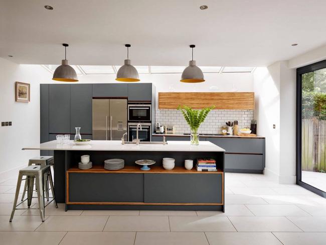 Thiết kế phòng bếp - Nguồn sáng tự nhiên được tận dụng thông qua trần nhà bằng kính