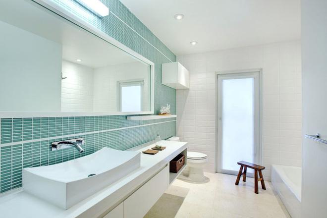 Xanh- trắng là bộ đôi hoàn hảo được ứng dụng rộng rãi trong mẫu phòng tắm