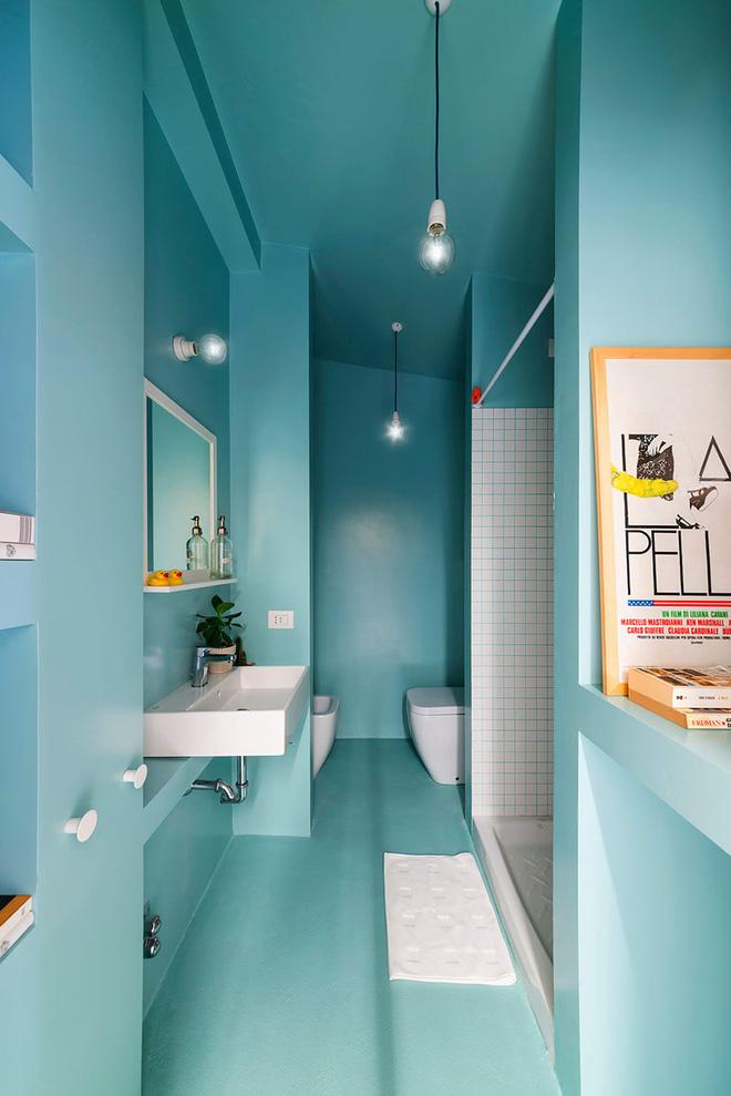 Trong một mẫu phòng tắm với màu xanh là tông màu chủ đạo