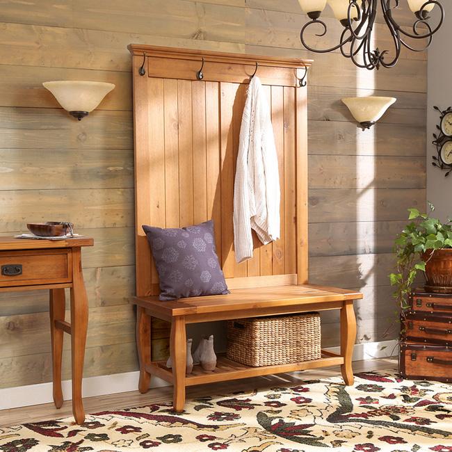 Chiếc giá treo làm từ gỗ thông với thiết kế truyền thống