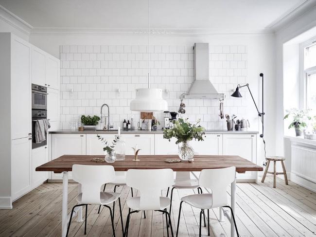 phòng bếp với màu trắng làm gam màu chủ đạo