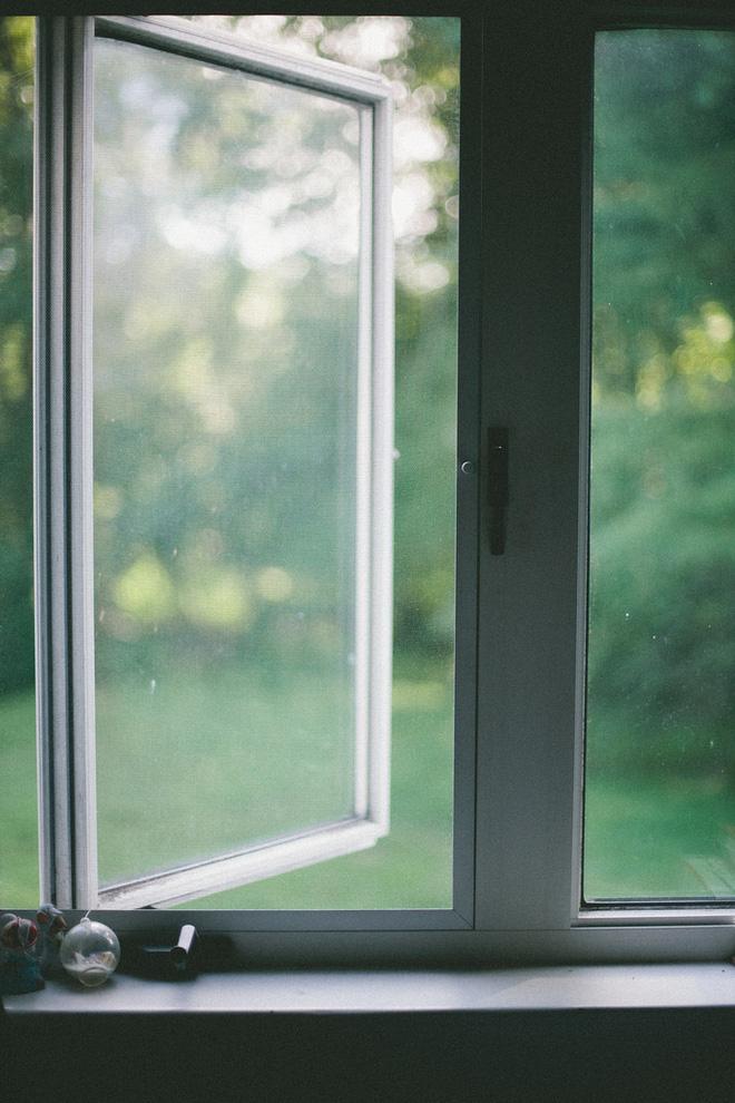 Mở cửa sổ vào buổi tối giúp nhà mát mẻ vào mùa hè