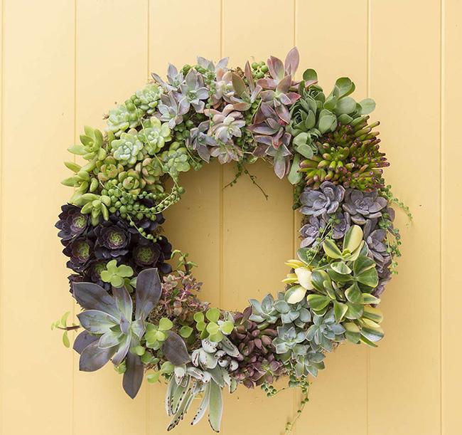 Nhà đẹp hút hồn với cách trang trí cửa ra vào bằng vòng hoa 11