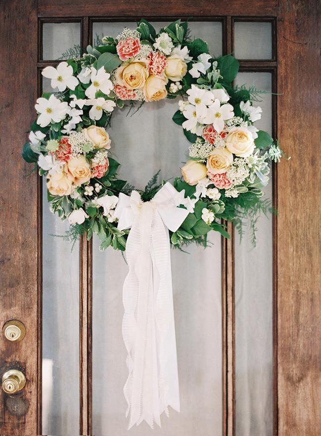 Nhà đẹp hút hồn với cách trang trí cửa ra vào bằng vòng hoa 4
