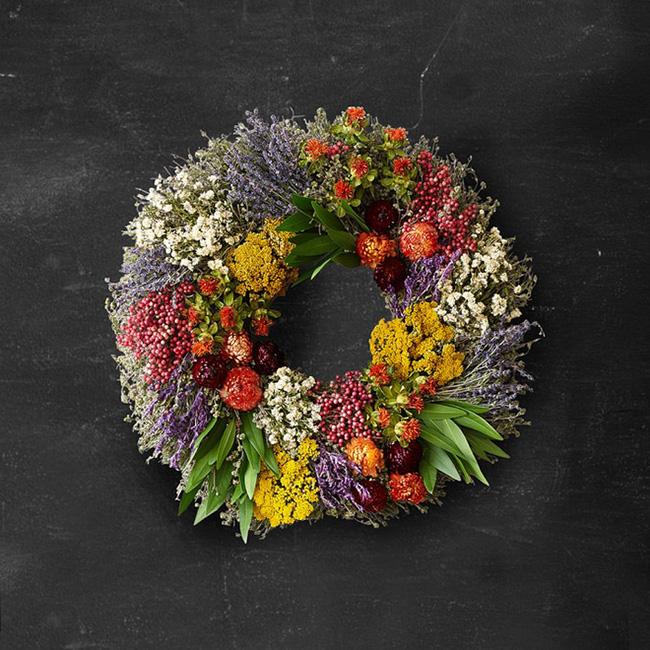 Nhà đẹp hút hồn với cách trang trí cửa ra vào bằng vòng hoa 8