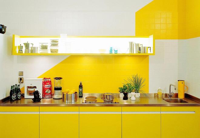 không gian phòng bếp với sắc vàng tươi