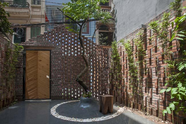 Thiết kế nhà phố 2 tầng với cổng rào gạch thô ở Hà Nội (2)