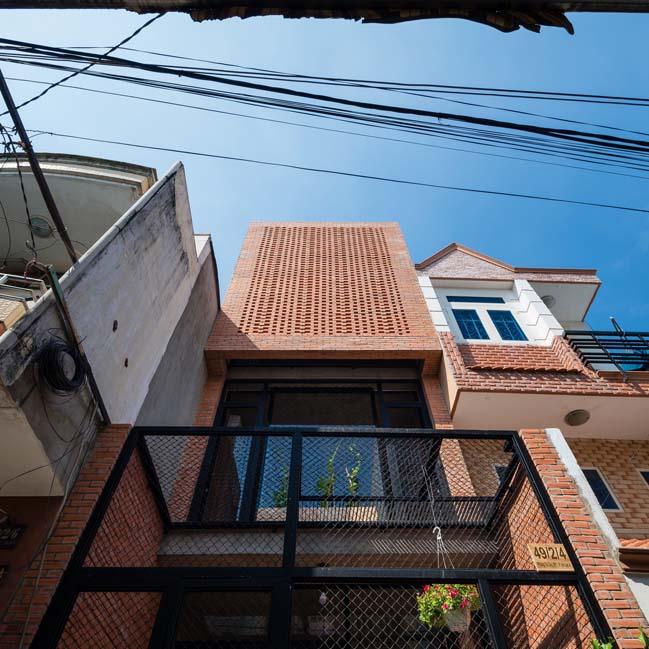 Thiết kế nhà phố 3 tầng với mặt tiền gạch mộc ở Bình Tân, TP HCM (1)