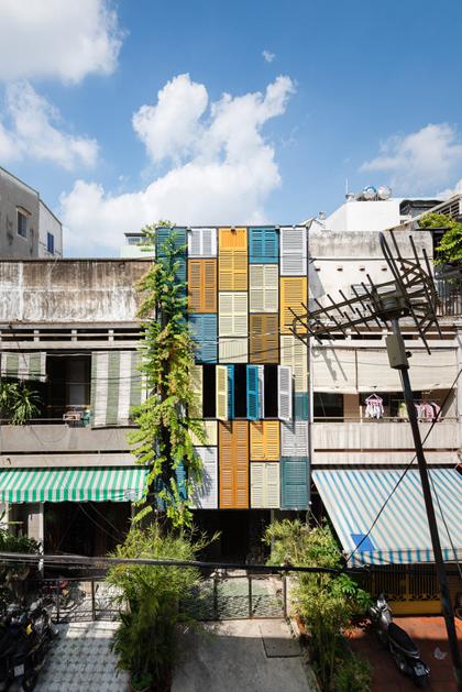 Nhà phố 60 m2 với những cánh cửa chớp sắc màu ở Sài Gòn (1)