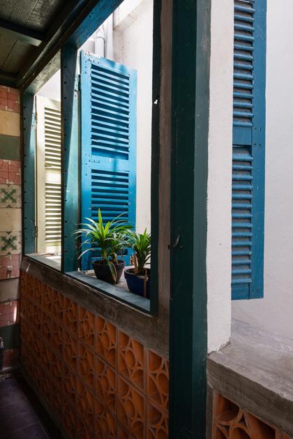 Nhà phố 60 m2 với những cánh cửa chớp sắc màu ở Sài Gòn (10)