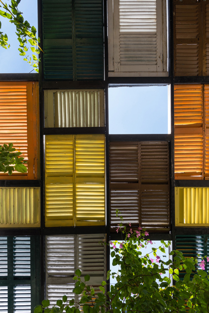 Nhà phố 60 m2 với những cánh cửa chớp sắc màu ở Sài Gòn (5)