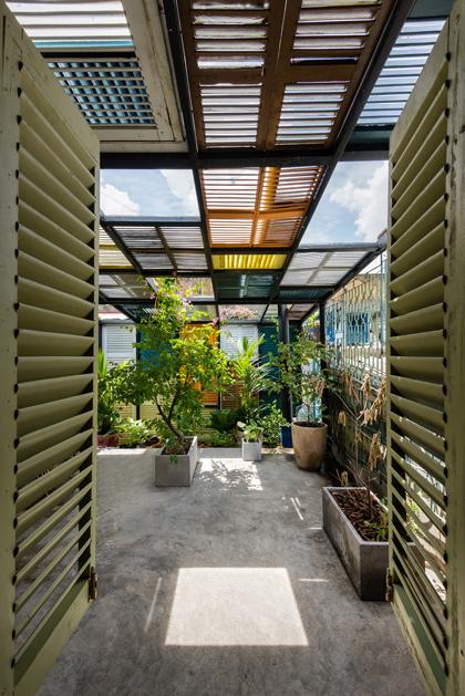 Nhà phố 60 m2 với những cánh cửa chớp sắc màu ở Sài Gòn (6)