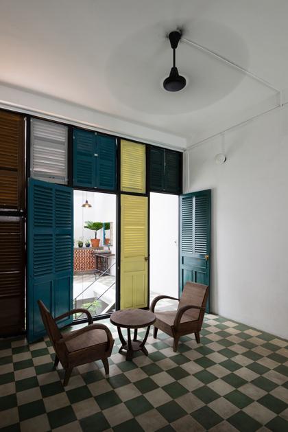 Nhà phố 60 m2 với những cánh cửa chớp sắc màu ở Sài Gòn (9)