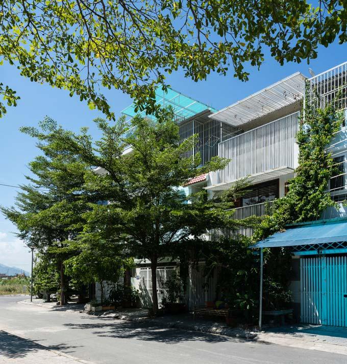 Nhà phố 3 tầng ở Nha Trang có mặt tiền dạng rèm che nắng bằng lưới thép (1)