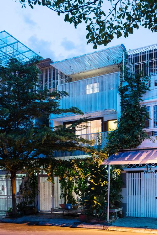Nhà phố 3 tầng ở Nha Trang có mặt tiền dạng rèm che nắng bằng lưới thép (3)