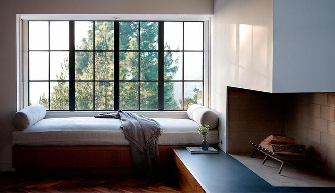 đọc sách bên cửa sổ có bệ ngồi là chiếc giường đơn