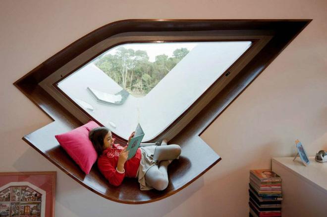 Nhờ hình dạng độc đáo của khung cửa sổ có bệ ngồi này mà góc thư giãn trở nên bội phần đặc sắc.