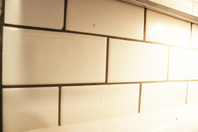 Cách vệ sinh tường bếp gạch hoa (2)