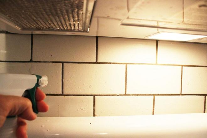 Cách vệ sinh tường bếp gạch hoa (4)