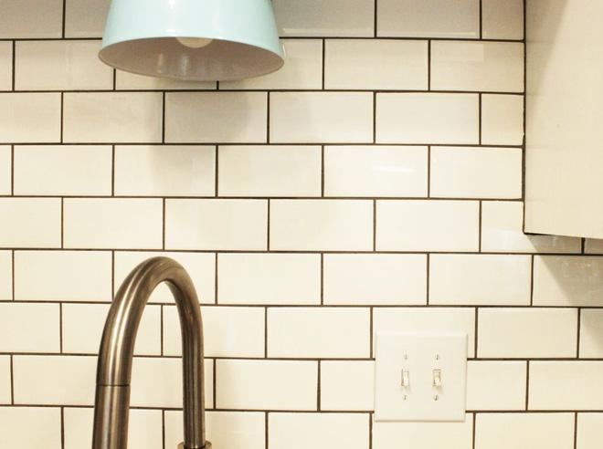 Cách vệ sinh tường bếp gạch hoa (6)