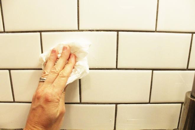 Cách vệ sinh tường bếp gạch hoa (8)
