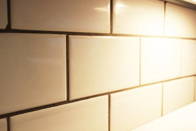 Cách vệ sinh tường bếp gạch hoa (9)