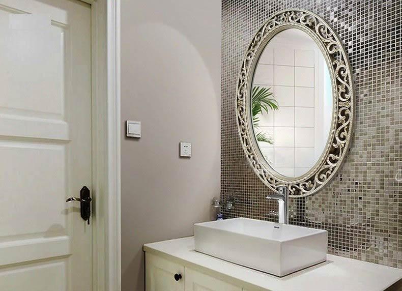 họa tiết trên gương phòng tắm
