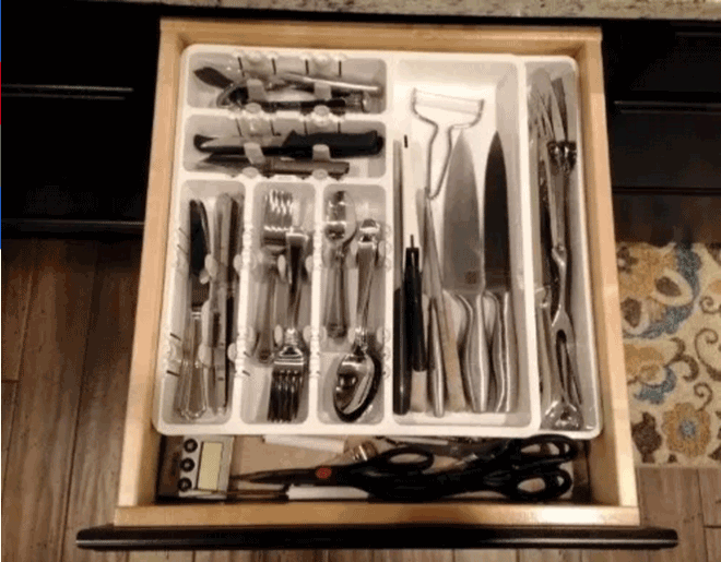 Bụi ở những ngăn đựng vật dụng trong nhà bếp là điều không thể tránh khỏi. cách đơn giản là bạn đặt thêm một ngăn kéo vừa vặn với kích thước ngăn chính. Mỗi tuần chỉ cần mang chúng ra vệ sinh là đủ yên tâm cho sức khỏe cả nhà.