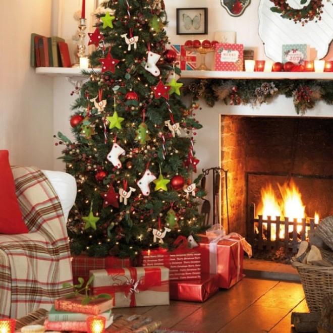 Bên lò sưởi cổ điển, cây thông Noel được trang hoàng lộng lẫy mang không khí mùa lễ hội về thật gần