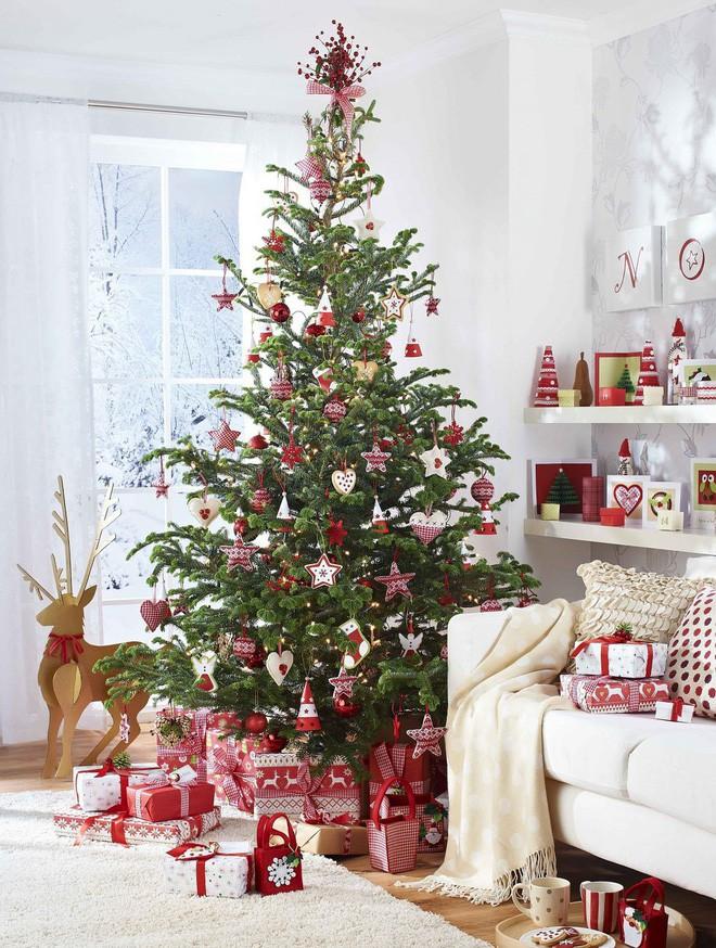 cây thông sặc sỡ, đầy ắp quà tặng bên dưới góc cây trong phòng khách