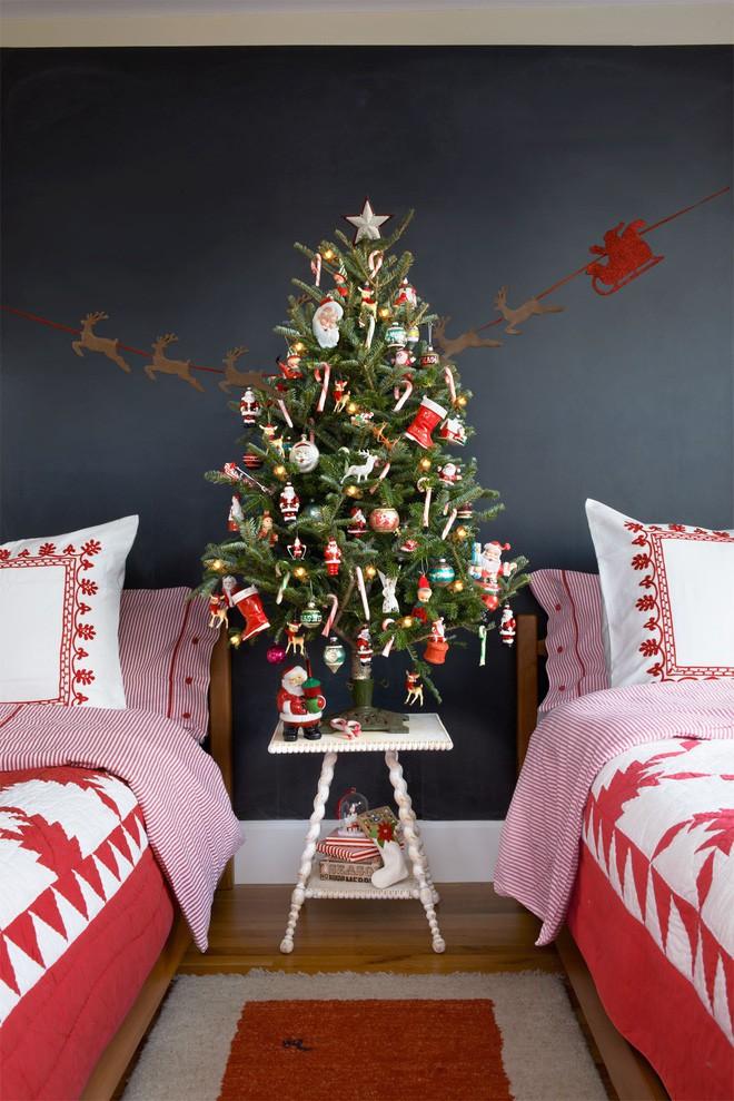 Một ý tưởng trang trí cây thông theo phong cách retro phù hợp đặt trong phòng ngủ trẻ em.