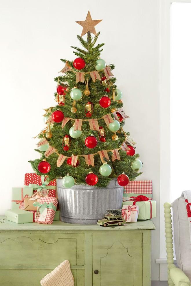 Chỉ cần vài quả châu nhiều màu, dây quấn là đủ để biến tấu cho cây thông Noel trở nên bắt mắt.