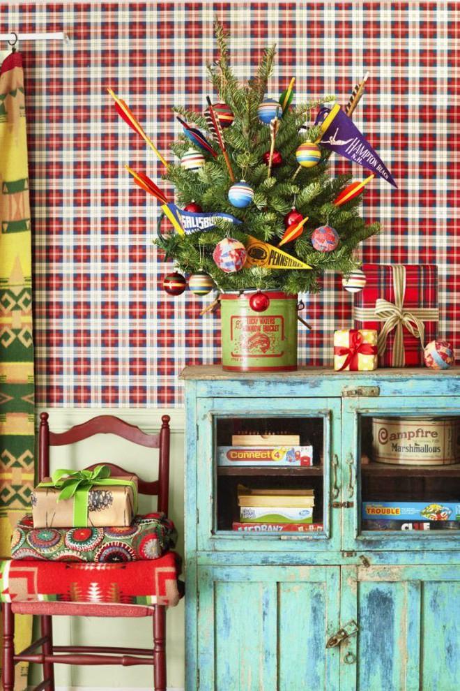 Tận dụng hộp cũ để làm thành chậu cây thông, trang trí thêm bằng cờ hiệu