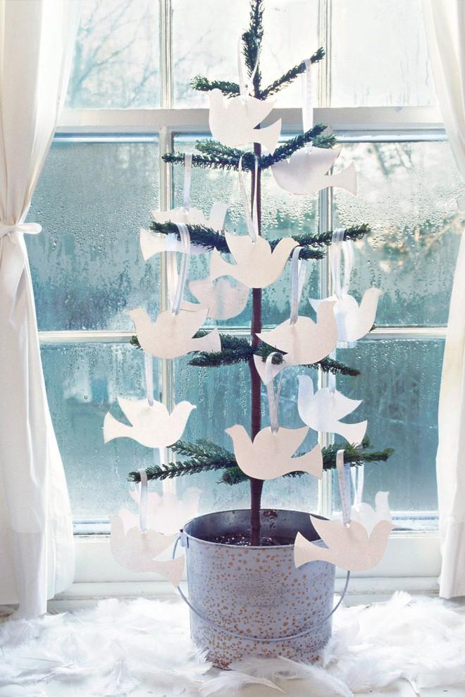 Những chú chim bồ câu trắng được cắt bằng giấy giúp trang trí cây thông Noel thêm phần sống động.