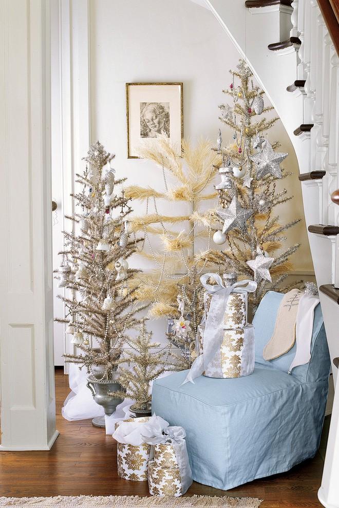trang trí cây thông Noel với tông vàng và bạc