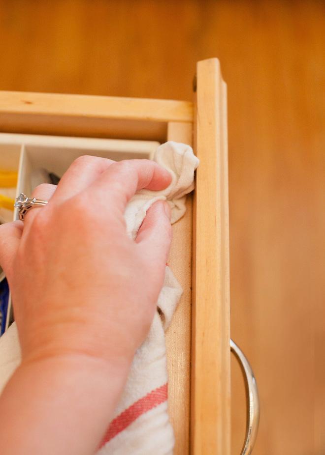 5 bước làm sạch tủ bếp gỗ hiệu quả - Nhà Đẹp Số (5)