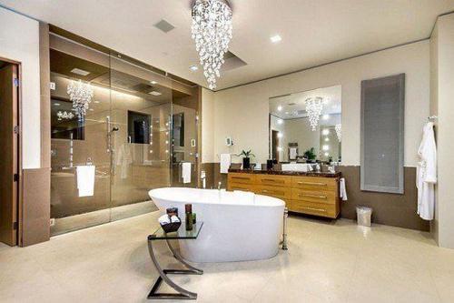 Không gian phòng tắm bội phần lộng lẫy nhờ đèn chùm - Nhà Đẹp Số (1)