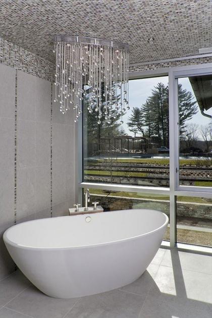 Không gian phòng tắm bội phần lộng lẫy nhờ đèn chùm - Nhà Đẹp Số (8)