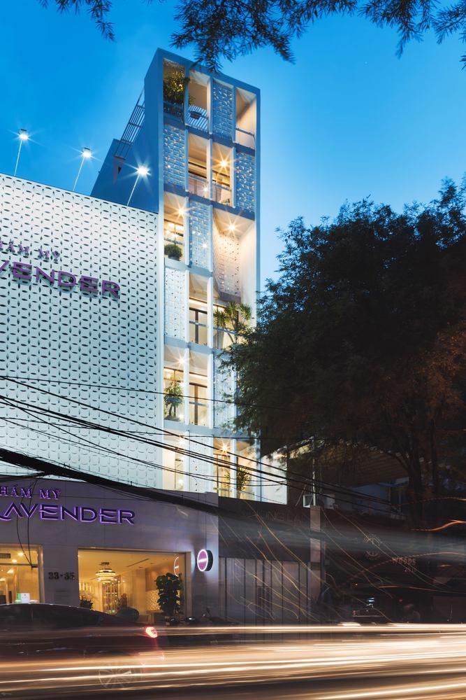 Ngôi nhà ống 7 tầng với thiết kế mặt tiền độc đáo ở Sài Gòn - Nhà Đẹp Số (1)