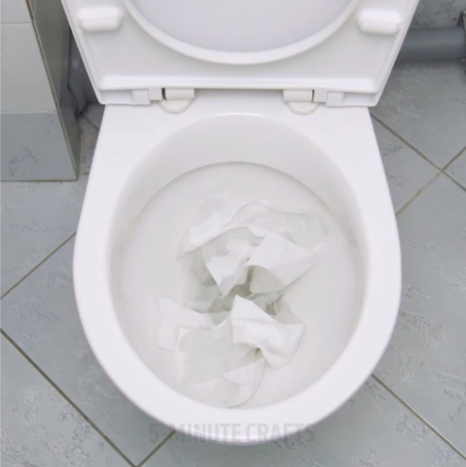 Giải cứu bồn cầu nghẹt giấy vệ sinh bằng mẹo vặt với màng bọc thực phẩm - Nhà Đẹp Số (1)