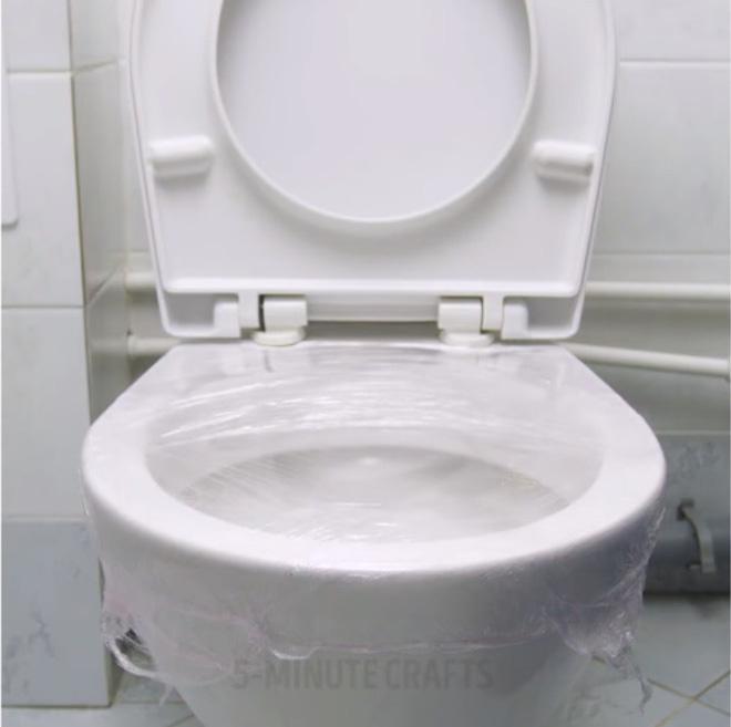 Giải cứu bồn cầu nghẹt giấy vệ sinh bằng mẹo vặt với màng bọc thực phẩm - Nhà Đẹp Số (3)