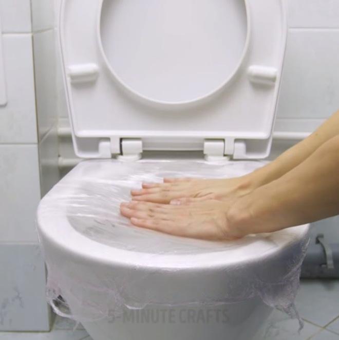 Giải cứu bồn cầu nghẹt giấy vệ sinh bằng mẹo vặt với màng bọc thực phẩm - Nhà Đẹp Số (4)
