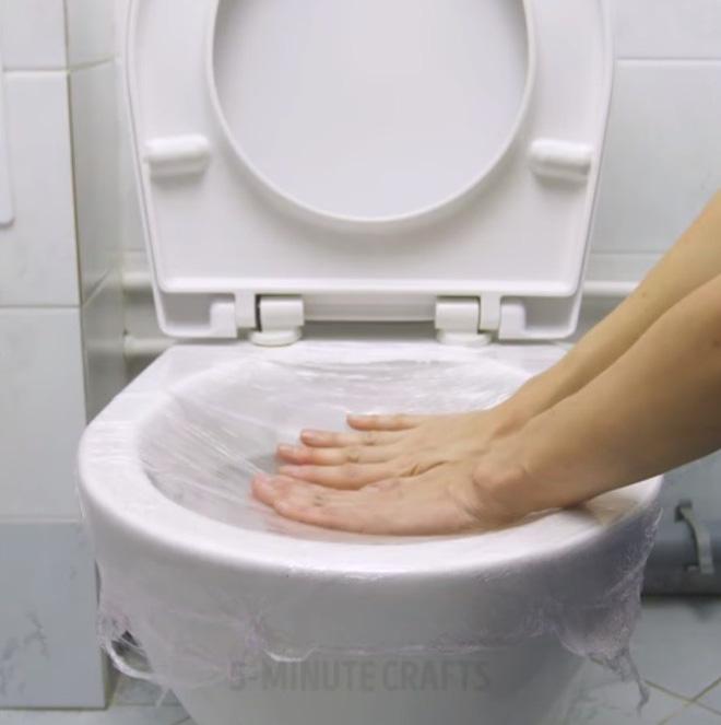Giải cứu bồn cầu nghẹt giấy vệ sinh bằng mẹo vặt với màng bọc thực phẩm - Nhà Đẹp Số (5)
