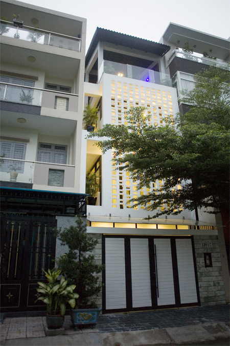 Three-storeyed house with scoreboard system - Beautiful House No. (2)