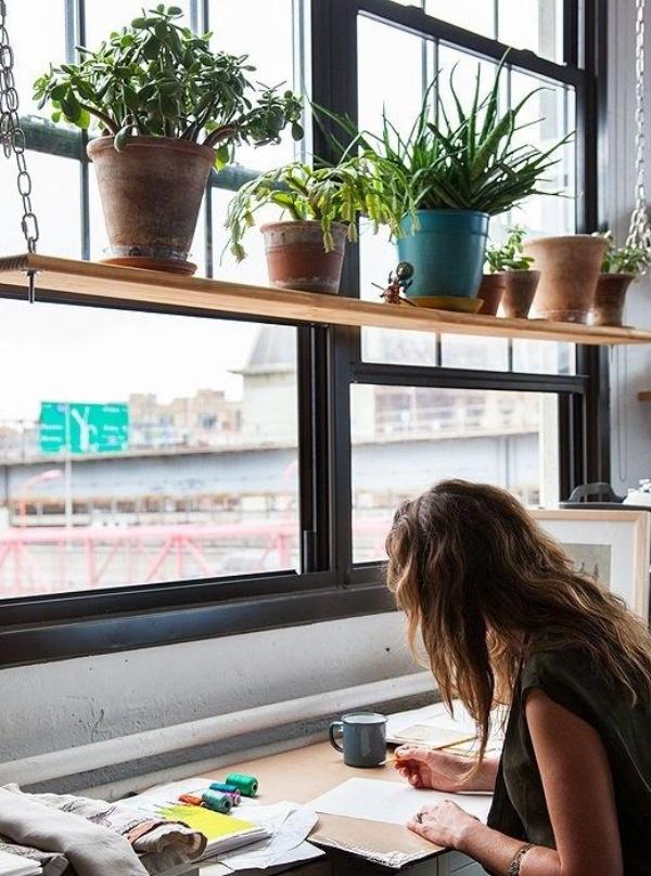 Trồng thêm cây cảnh để góc làm việc bên cửa sổ lãng mạn hơn.