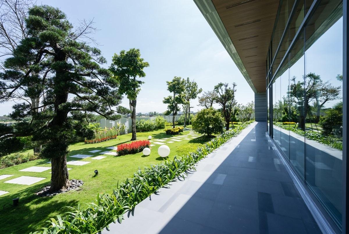 Ngẩn ngơ trước biệt thự sân vườn với khoảng sân vườn cực rộng rãi ở Đà Nẵng - Nhà Đẹp Số (3)